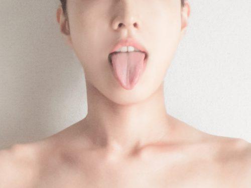 舌の汚れは口臭のもと!舌苔とケアについて
